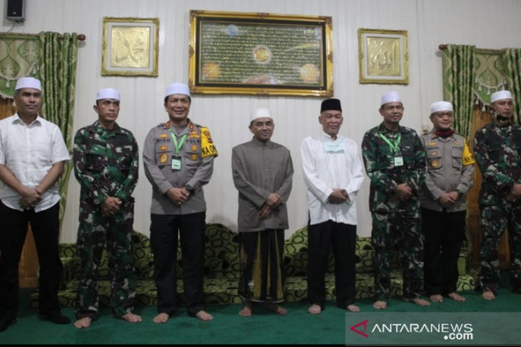 Bupati HST dampingi Danrem dan Kapolda kalsel silaturahmi ke Guru Bakhiet