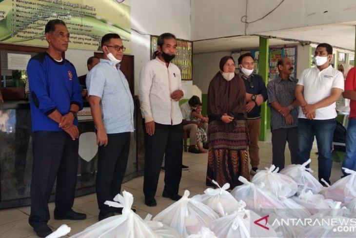 Alumni SMAN 7 Pontianak berikan bantuan 100 paket kepada guru