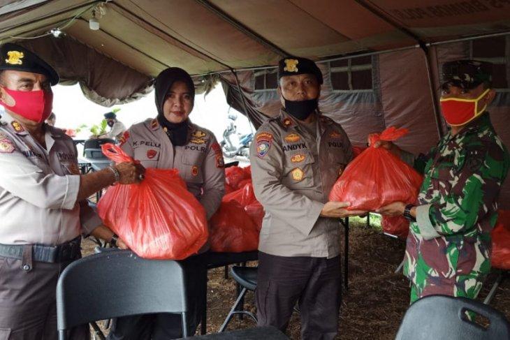 TNI-Polri distribusikan makanan ke masyarakat terdampak COVID-19 di Ternate