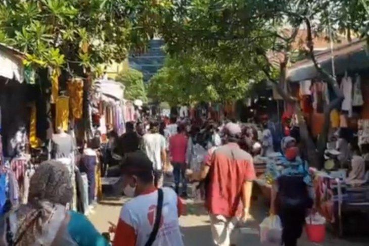 Aksi gembos ban kendaraan di Pasar Jatinegara, korban warga yang tak peduli PSBB
