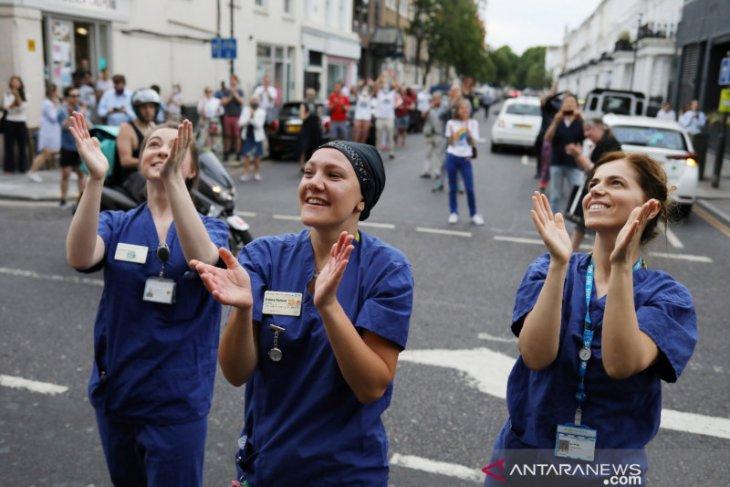 Perawat di Inggris kampanye bahaya COVID-19 dalam Bahasa Indonesia