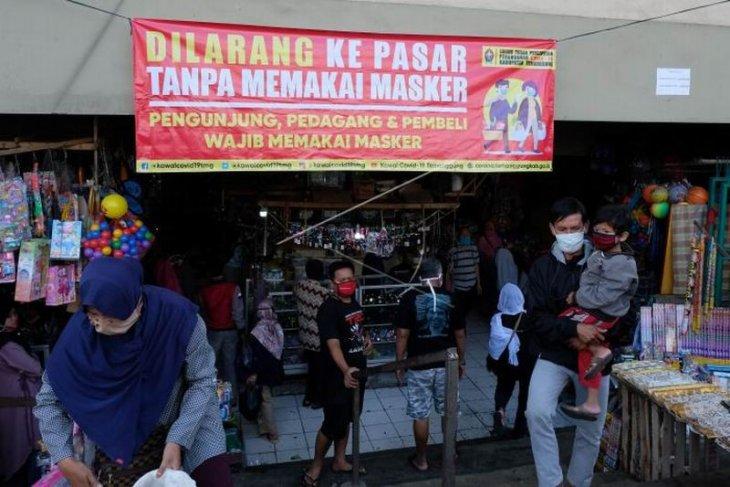 Wajib memakai masker bagi pengunjung pasar