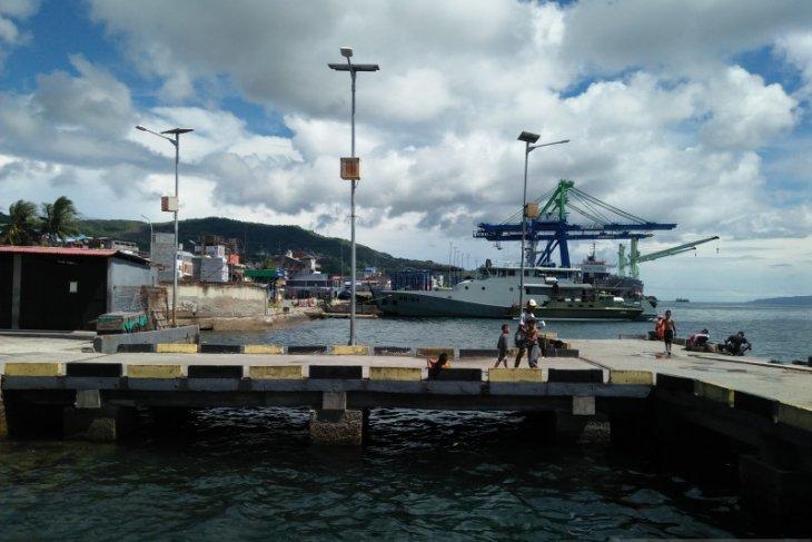 PIntu gerbang pelabuhan Slamet Riyadi Ambon tertutup rapat