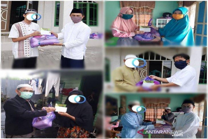 Adpisi Kalsel membagikan paket Lebaran kepada guru ngaji
