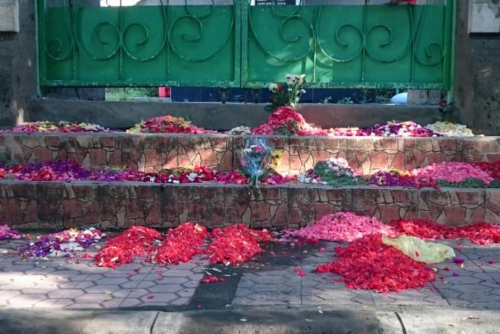 Selama COVID-19, warga hanya boleh berziarah dari luar pemakaman