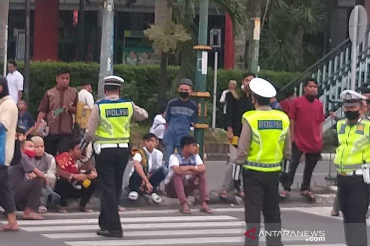 Polisi tertibkan pejalan kaki di depan Masjid Raya Medan