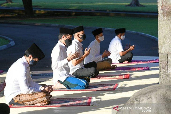 Presiden Jokowi tunaikan shalat Idul Fitri di halaman wisma Bayurini