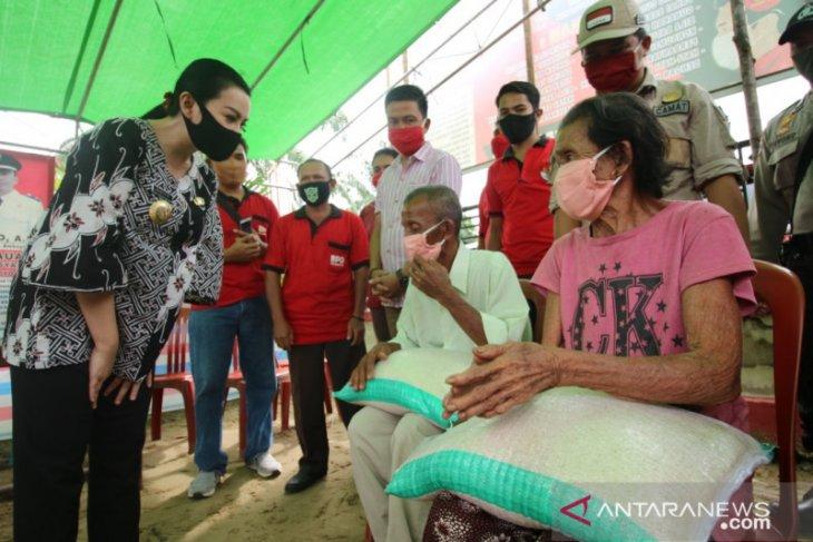 Bupati Karolin salurkan bantuan beras untuk 37 ribu KK di Landak