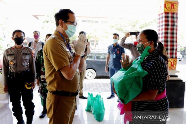 Pemkab Badung serahkan bantuan paket sembako dari guru