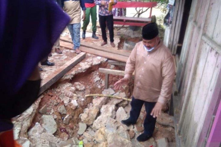 Bupati Edi Damansyah tinjau korban banjir dan tanah longsor di Desa Makarti
