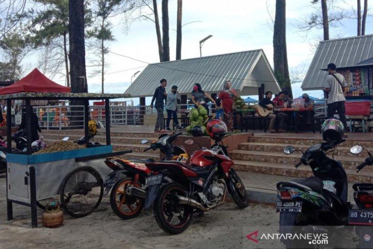 Meski ditutup, Pantai Panjang Bengkulu tetap ramai dikunjungi