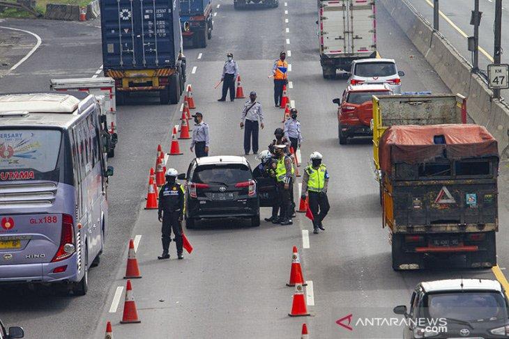 Polisi lakukan penyekatan akses kendaraan ke Jakarta di GT Kalihurip Utama