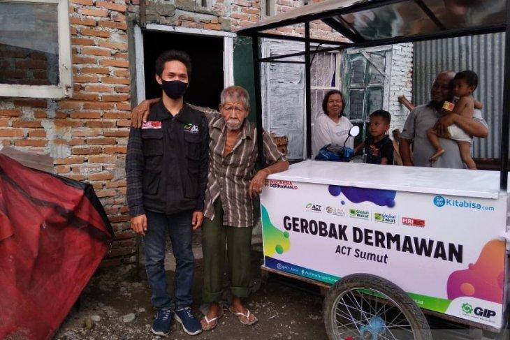ACT Sumut beri bantuan gerobak kepada penjual keripik