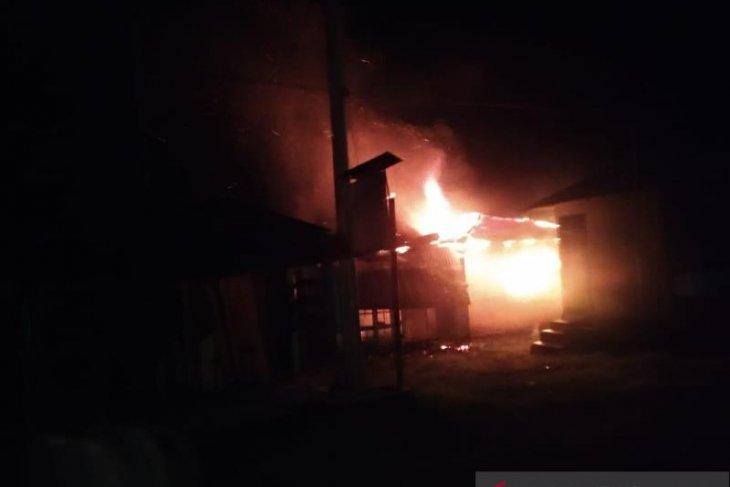 Pasca bentrok antardesa di Tapsel, pemilik rumah terbakar minta Polisi usut tuntas pelaku