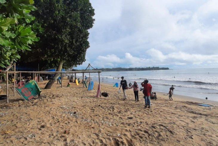 Sejumlah lokasi wisata pantai di Pandeglang tetap buka masa libur Lebaran
