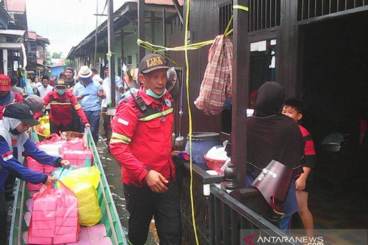 Relawan salurkan makanan untuk korban banjir  di Samarinda