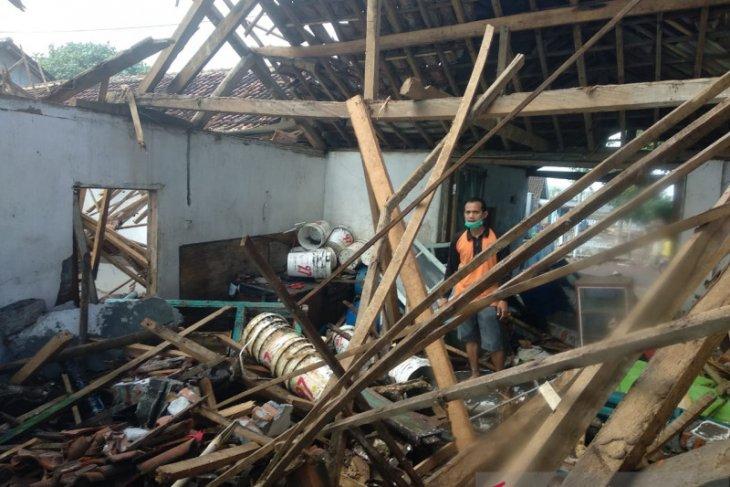 Gelombang tinggi merusak rumah dan warung di Pantai Payangan Jember