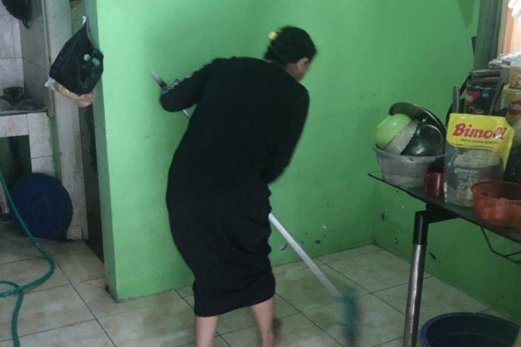 Warga Samarinda bersihkan rumah,banjir mulai surut