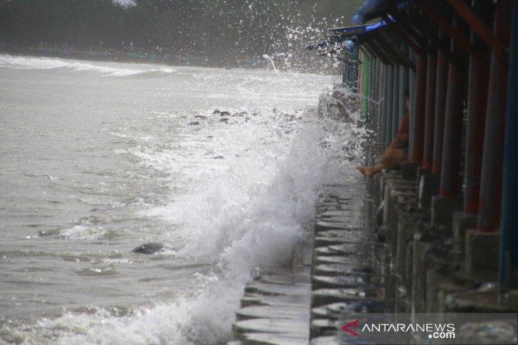 Ombak terjang puluhan warung pedagang di Pantai Jakat Bengkulu