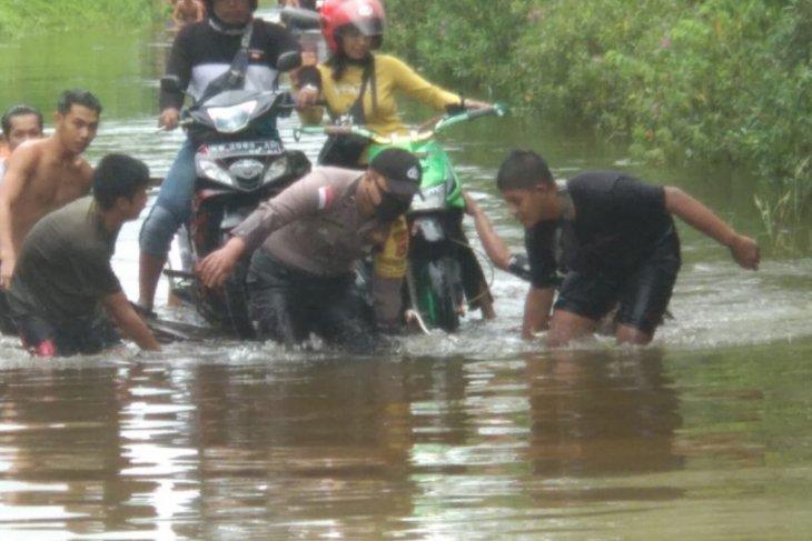 Ruas jalan Pengkadan - Jongkong Kapuas Hulu terendam banjir