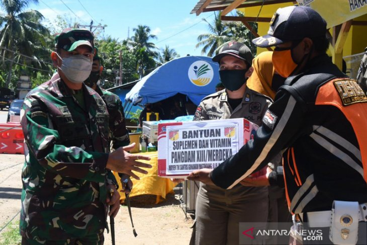 Pangdam Merdeka berikan bingkisan ke penjaga pintu masuk Gorontalo