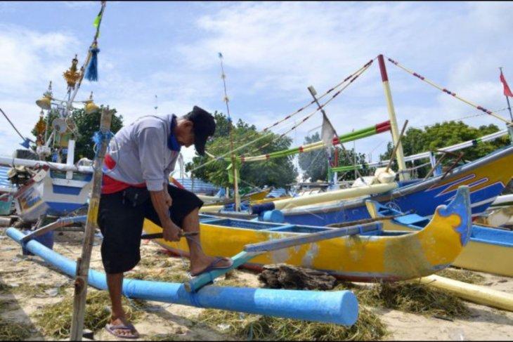 Nelayan tidak melaut karena gelombang tinggi