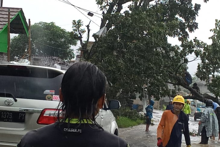 Puting beliung rusak puluhan rumah di Gegerbitung Sukabumi