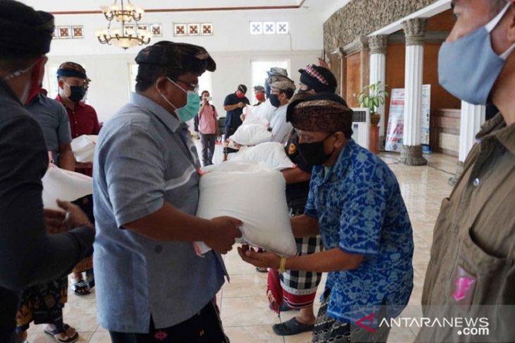 Bupati Buleleng serahkan beras untuk relawan COVID-19 di desa