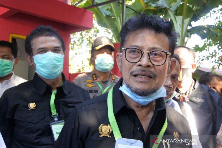 Warga Kecamatan Leihitu bersihkan jalan sambut kunjungan Menteri Pertanian