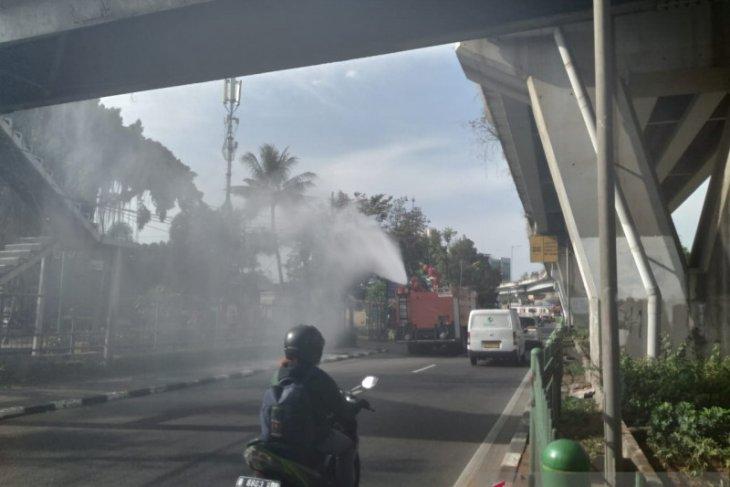 Damkar Jakarta Barat semprot disinfektan delapan ruas jalan utama