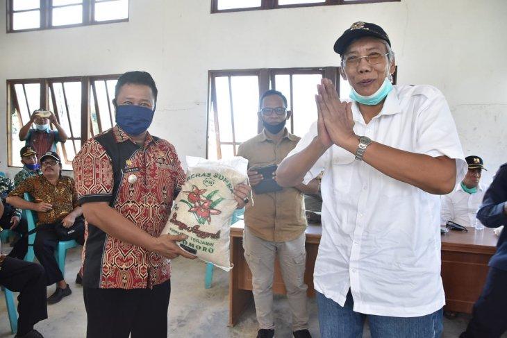 Pemkab Sintang berikan bantuan sembako kepada masyarakat perbatasan dan terdampak COVID-19