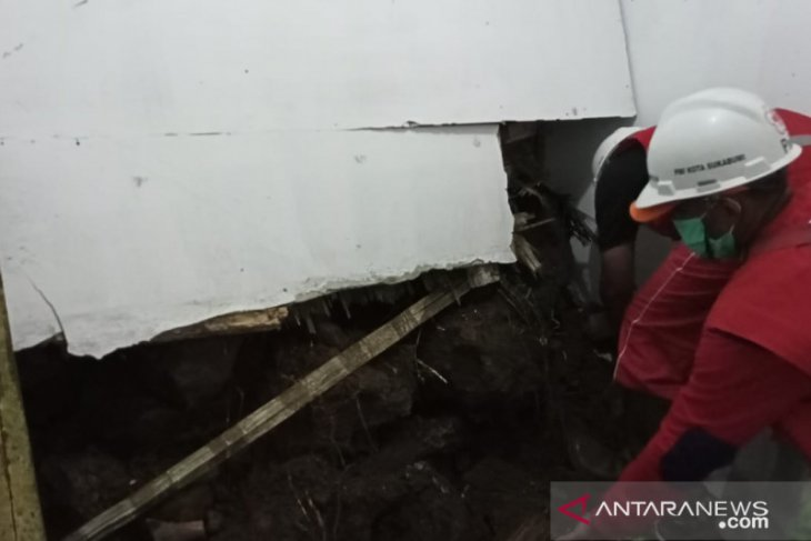 PMI Kota Sukabumi kerahkan personel dan ambulans bantu tangani tanah longsor