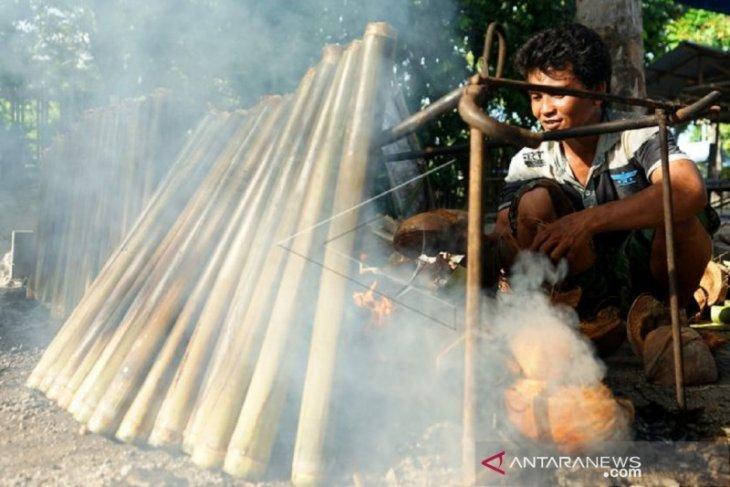 Foto - Perayaan Lebaran Ketupat, menu nasi Jaha diolah warga Jaton di Gorontalo