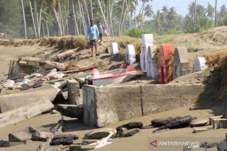 Makam warga Tionghoa di Aceh Barat tergerus abrasi
