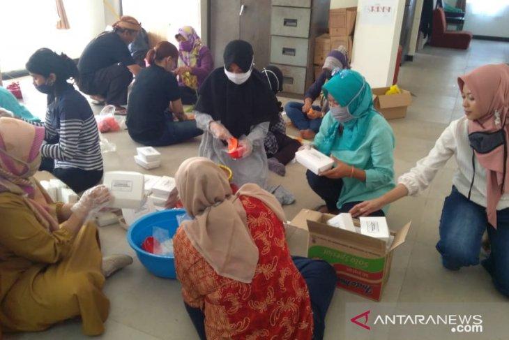 Warga dua Kecamatan di Kota Bogor bantu nasi kotak pada keluarga terdampak pandemi