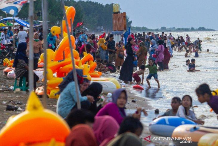 Masih masa PSBB, wisata Pantai Tanjungpakis Karawang dipadati pengunjung