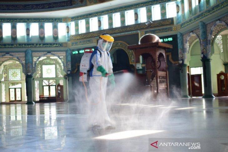 PMI Tangerang lakukan penyemprotan jelang pembukaan kembali masjid