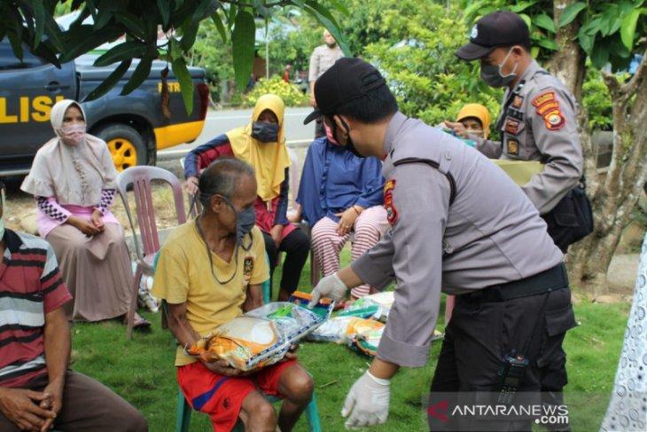 Polres Mukomuko distribusikan bantuan beras warga terdampak COVID-19