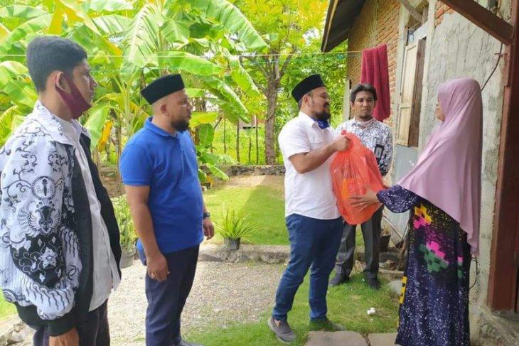 Terdampak COVID-19, Ketua DPRK Aceh Besar bantu guru bakti