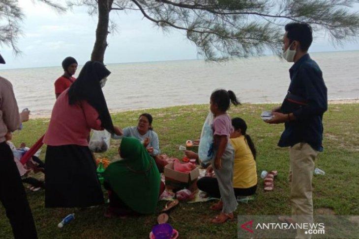 KNPI Bangka Tengah bagikan masker kepada pengunjung objek wisata
