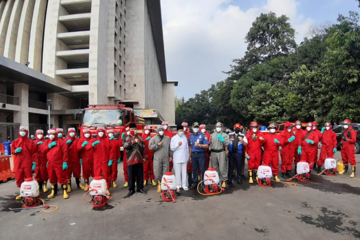 Authorities disinfect Istiqlal Mosque, Cathedral Church in Jakarta