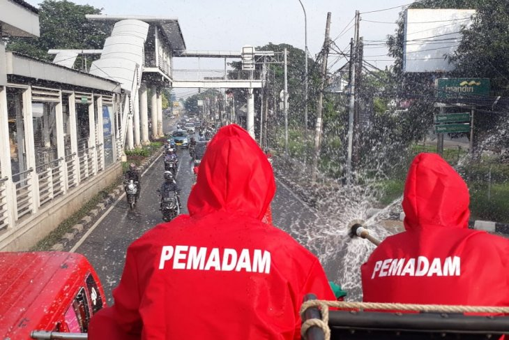 Jakarta conducts mass spray disinfection of 31 traditional markets