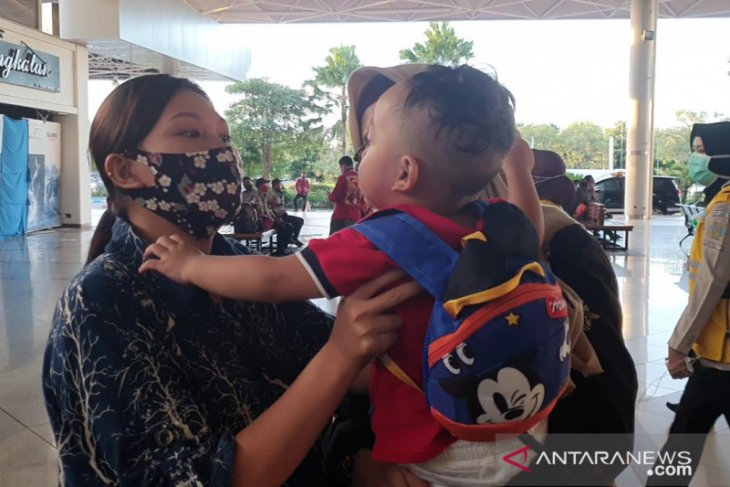 Terpisah selama 10 bulan di Hong Kong, ibu-balita ini akhirnya bertemu di Surabaya