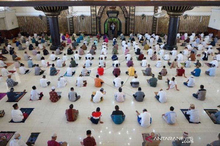 Foto - WargaGorontalo kembali shalat Jumat berjamaah di Masjid Baiturrahman Limboto