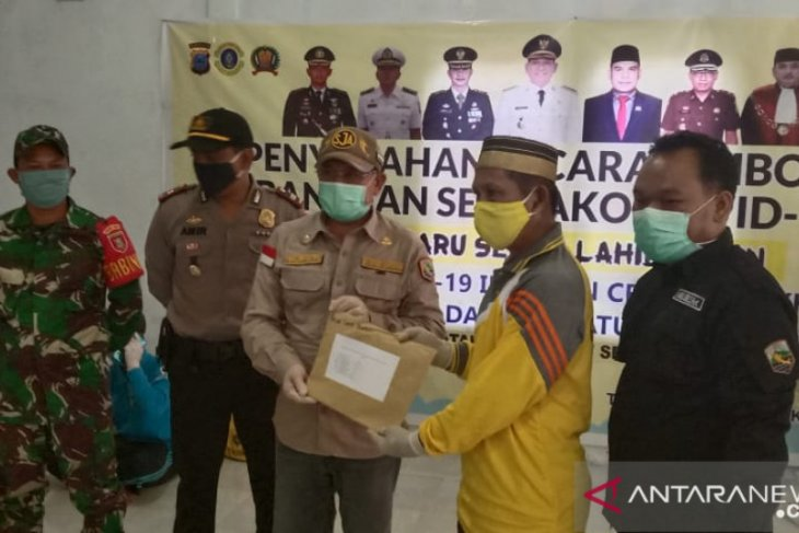 Kotabaru distributes food aid for Tanjung Seloka