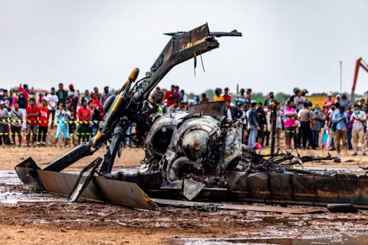 Heli jatuh dan terbakar, enam orang sempat menyelamatkan diri