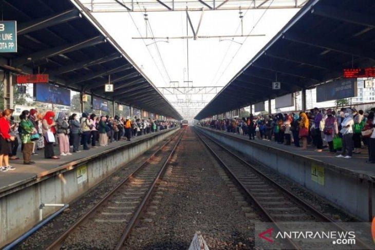 Penumpang KRL tujuan Jakarta padati Stasiun Bekasi