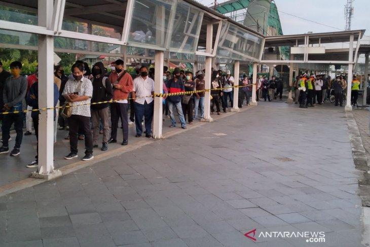 Selasa pagi, calon penumpang KRL di Stasiun Bogor masih ada antrian cukup panjang