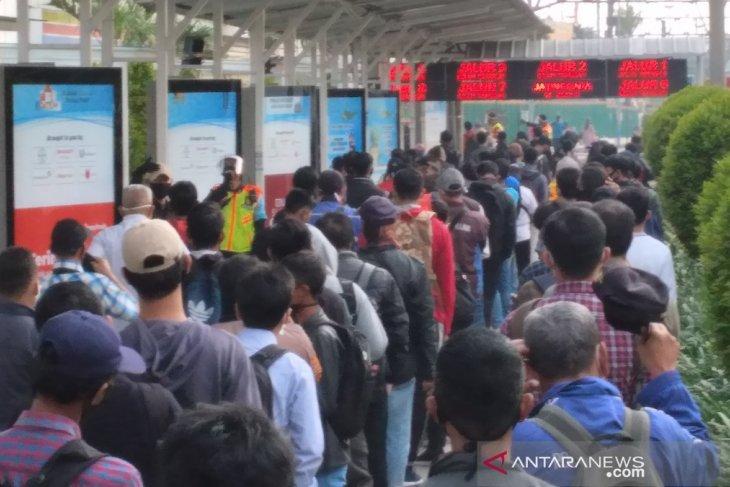 Ribuan calon penumpang KRL masih mengantre panjang di Stasiun Bogor