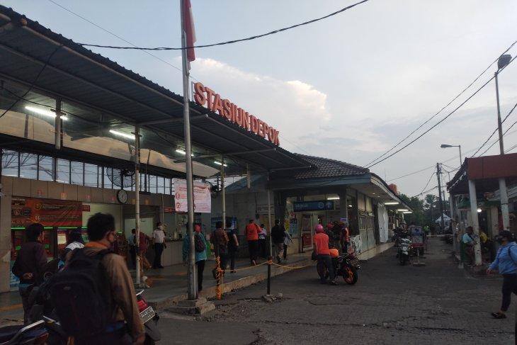 Tidak terlihat antrean panjang penumpang KRL di Depok pada Selasa pagi